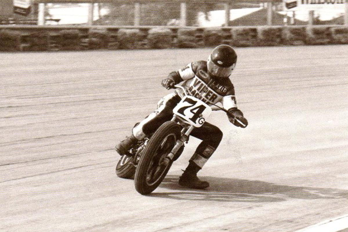 Motorista practicando en un circito de dirt track