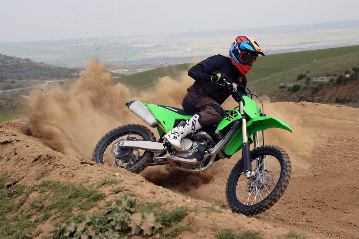 Motorista practicando motocross