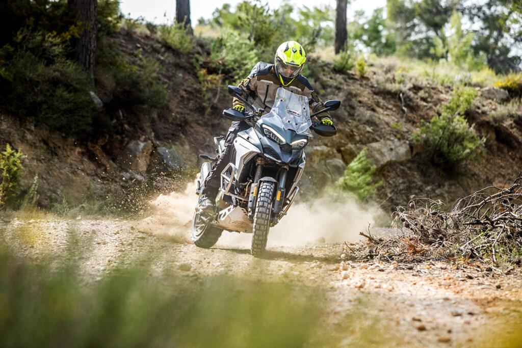 Motorista practicando trail