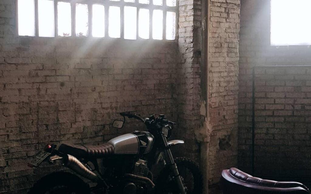 Imagen de una moto apoyada contra una pared