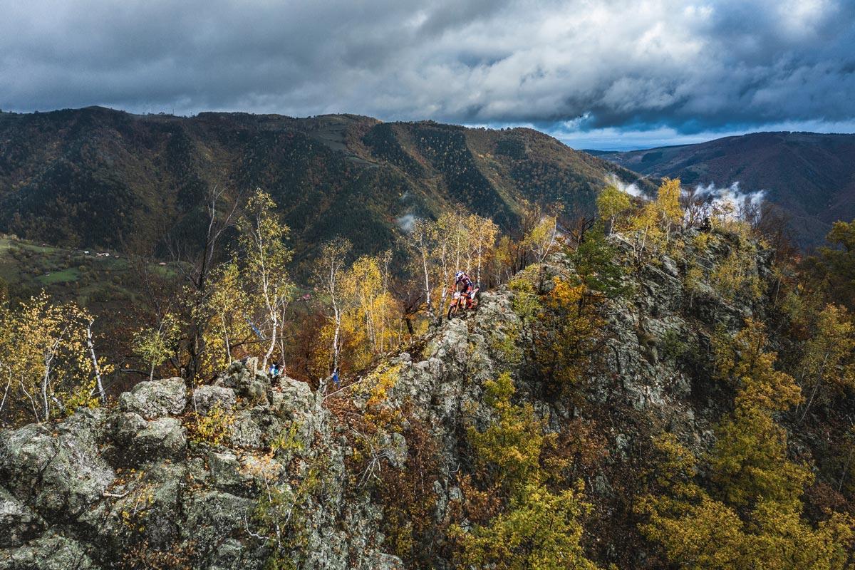 Imagen de un motorista en una montaña practicando hard enduro